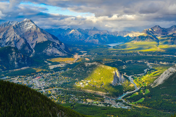 Türaufkleber Blau türkis View over the town of Banff and the Canadian Rockies seen from Sulphur Mountain.Canada