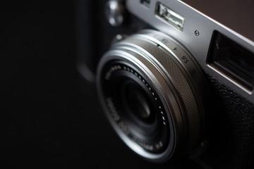 Analoge alte Kamera und schwarzer Hintergrund