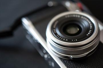 Silberne Analoge alte Kamera und schwarzer Hintergrund
