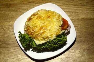Belegtes Brötchen mit Käse, Tomate, Salat