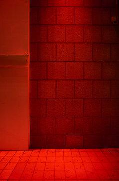 Steinwand bei Nacht in rotem Licht