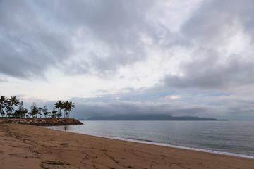 Strandabschnitt bei diesigem, bewölktem Himmel