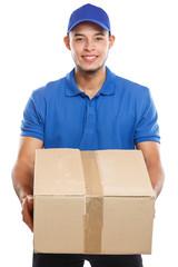 Paket Versand Postbote Post Lieferung liefern Paketzusteller Paketdienst Beruf Mann Latino Freisteller freigestellt isoliert