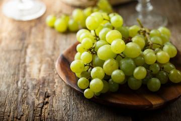 Ripe white grape on wooden desk Fototapete