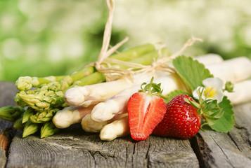 Spargel, grün und weiß, mit Erdbeeren, auf Brett, Textraum