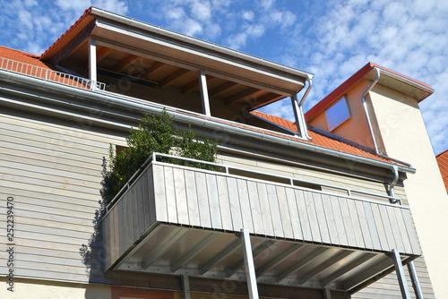 Überdachter Dachbalkon und Balkon mit Metall-Geländer und und ...