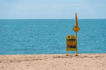 Warnschild zur Sicherheit am Strandabschnitt der Lifeguard