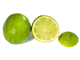 citron vert découpé et isolé sur fond blanc