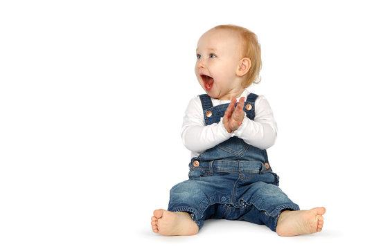 Baby klatscht begeistert in die Hände