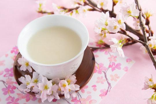 桜の季節の甘酒(春イメージ)