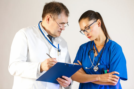 Doctors discuss what treatment regimen will suit the patient and write it down in a folder.