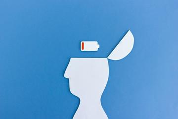 Geistige Erschöpfung: Kopf Silhouette mit leerem Batterie Symbol