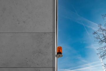 Orange Signalleuchte an Gebäudefassade
