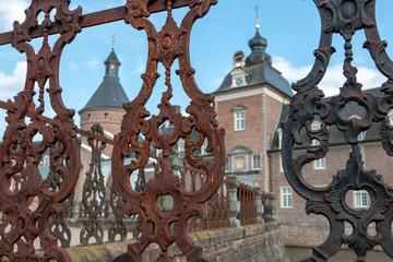 Burg Anholt, Wasserburg in Deutschland - Blick durch Eisenzaun