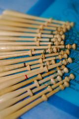 fuseaux de dentellière sur fond bleu