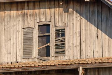 kaputte Fensterläden und fehlende Fenster an einer Scheune