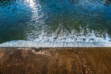 fließendes Wasser Fluss mit Wehr