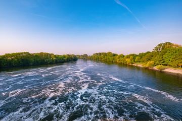 Fluss mit Schaum auf der Wasseroberfläche