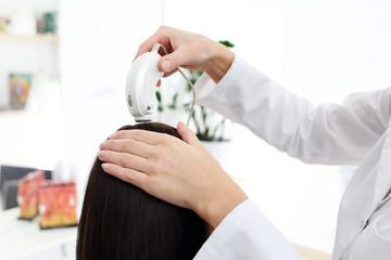 Profesjonalne badanie włosów i skóry głowy za pomocą mikrokamery.