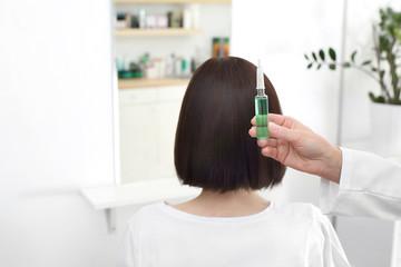 Kosmetyk pielęgnacyjny do włosów w ampułce.