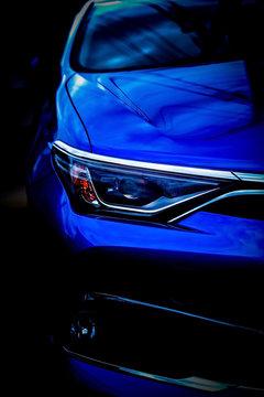 青色の自動車