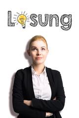 junge Frau mit einer Idee vor weißem Hintergrund