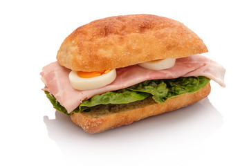 Belegtes Brötchen Sandwich mit gekochten Schinken und Ei hartgekocht