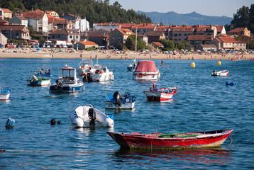 Lanchas y pequeños barcos frente a la playa