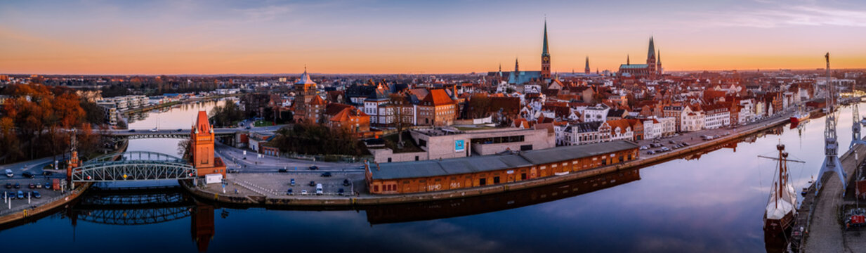 Lübeck Panorama im Sonnenuntergang