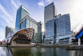 Die modernen Wolkenkratzer des Finanzbezirkes Canary Wharf in London