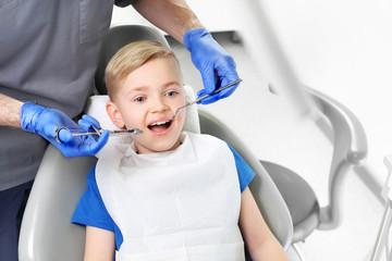 Fototapeta Znieczulenie. Stomatolog robi zastrzyk przeciwbólowy dziecku obraz