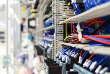 Montage von elektronik in einer modernen Fabrik - closeup von Kabeln in einem Schaltschrank