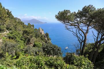 Capri Amalfi Küste:  Der gewaltiger Felsbogen Arco Naturale auf Capri und Blick auf die Halbinsel von Sorrent