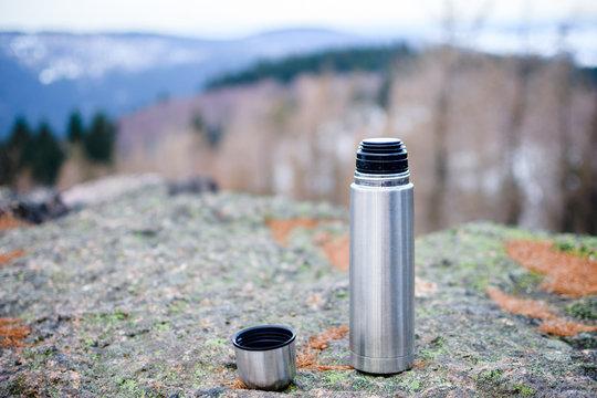 Thermos Flasche auf einem Berg
