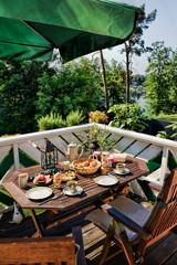 Auf dem Balkon frühstücken