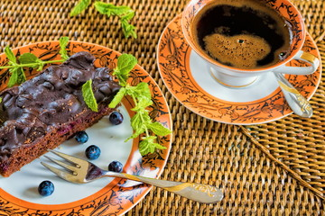 Kaffee mit Schokoladenkuchen und Heidelbeeren