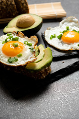 Avocado sandwich with fried egg and fresh vegetables