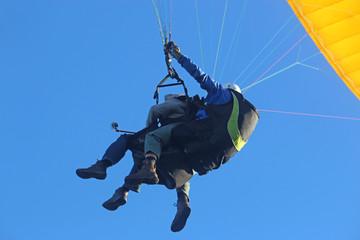 Fototapete - Tandem paraglider flying
