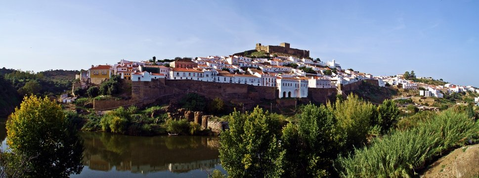 Castillo y pueblo de Mértola en el sur de Portugal (Beja, Alentejo).