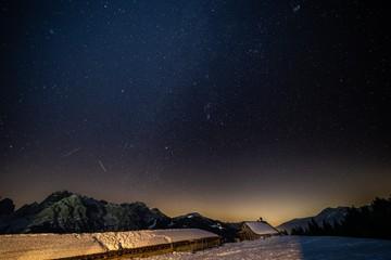 Cielo stellato sulle montagne innevate