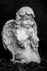 Grabschmuck in Forms eines kindlichen Engels auf Berliner Friedhof in Tegel