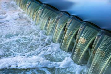 Wehr mit fließendem Wasser