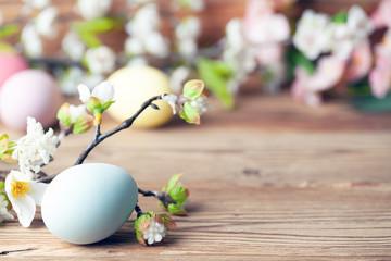 Frohe Ostern Hintergrund mit bunten Ostereiern und Blumen