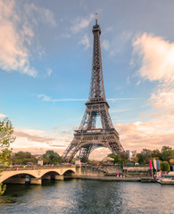 Poster de jardin Tour Eiffel Beautiful eiffel tower on seine river