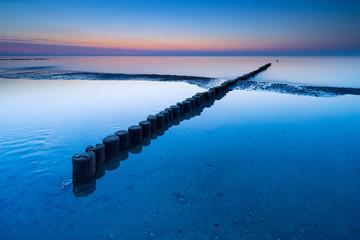 Buhne am Strand der Ostsee bei Sonnenuntergang, Darß, Deutschland