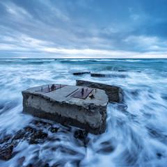 Alte Bunker am Strand in der Brandung der Ostsee, Sturm, Darss, Deutschland