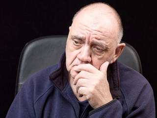 portrait homme âgé déprimé sur fond noir