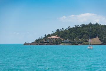 Yacht oder Segelboot ankert vor einer Insel