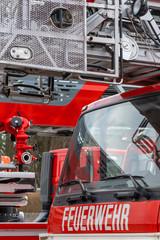 Symbolbild Leiterwagen der Feuerwehr und Löschfahrzeug