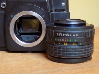 Cámara fotográfica analógica con lente